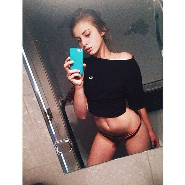 Фото Девушка в кофточке и трусиках перед зеркалом