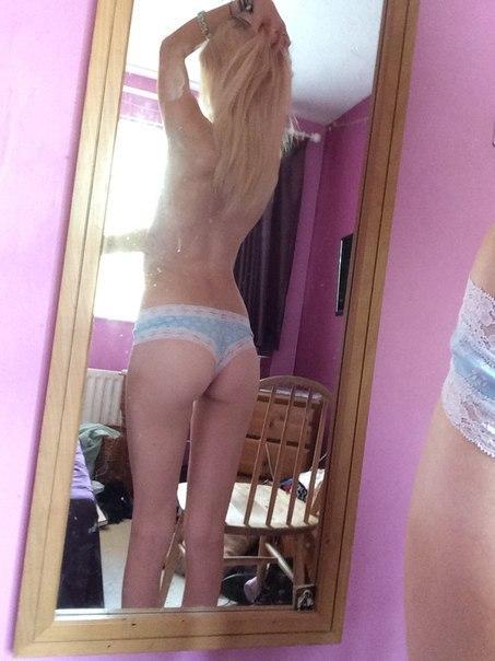 Фото Блонда поправляет свои длинные волосы