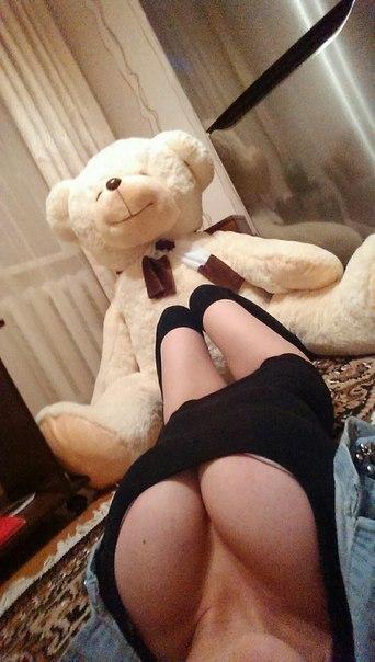 Фото Девушка напротив своего плюшевого мишки