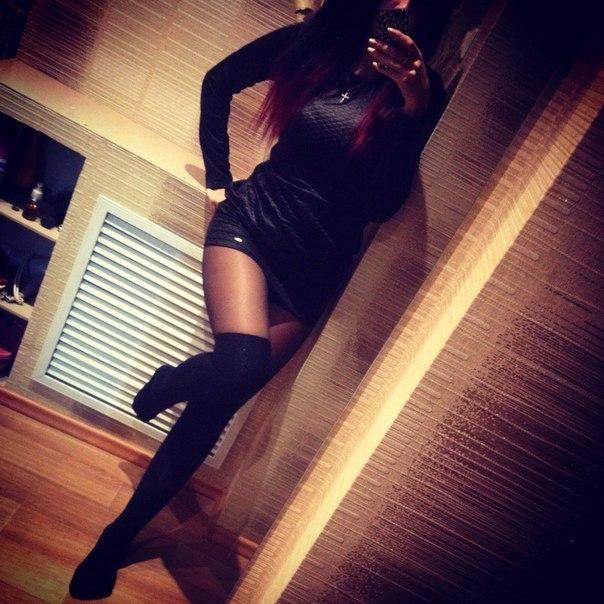 Фото Девушка подняла ногу и сексуально стоит