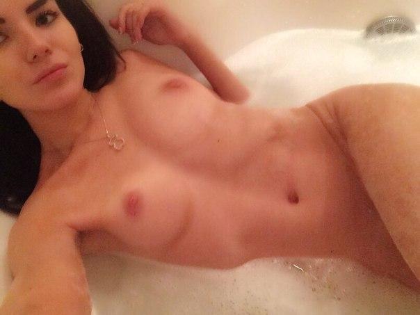 Фото Девушка в ванной комнате сфоткала голое тело